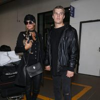 Paris Hilton y su novio Chris Zylka en el aeropuerto de Los Angeles