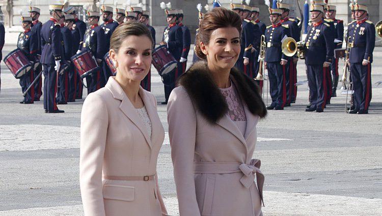 La Reina Letizia y Juliana Awada, muy sonrientes en la ceremonia de bienvenida al presidente de Argentina