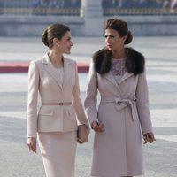 La Reina Letizia y Juliana Awada charlando en la ceremonia de bienvenida al presidente de Argentina