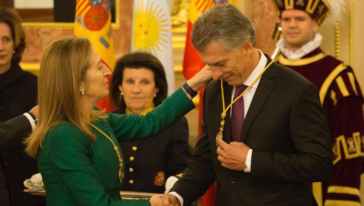 Ana Pastor impone la Medalla del Congreso a Mauricio Macri