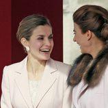 La Reina Letizia y Juliana Awada ríen divertidas en la ceremonia de bienvenida al presidente de Argentina
