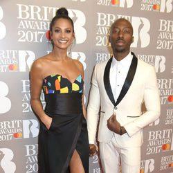 Alesha Dixon and Azuka Ononye en la alfombra roja de los Brit Awards 2017