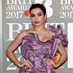 Charli XCX en la alfombra roja de los Brit Awards 2017
