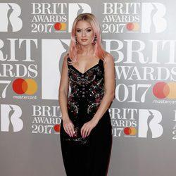 Zara Larsson en la alfombra roja de los Brit Awards 2017
