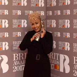Emeli Sandé con su premio en los Brit Awards 2017