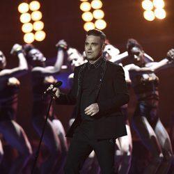 Robbie Williams actuando en los Premios Brit 2017