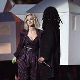 Katy Perry junto a Skip Marley en los Premios Brit 2017