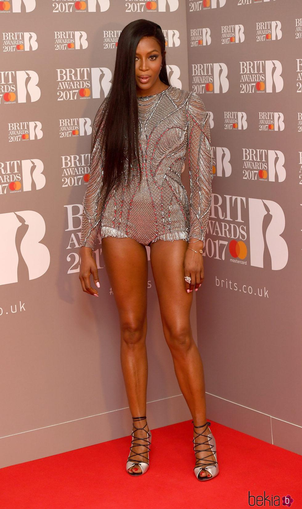 Naomi Campbell en la alfombra roja de los Brit Awards 2017