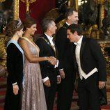 Albert Rivera saluda a Juliana Awada ante el presidente de Argentina Mauricio Macri y los Reyes Felipe y Letizia