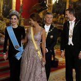 La Reina Letizia charla con Juliana Awada mientras el Rey Felipe lo hace con Mauricio Macri en la cena de gala en el Palacio Real