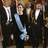 La Reina Letizia con la tiara Flor de Lis en la cena de gala en honor al presidente de Argentina Mauricio Macri