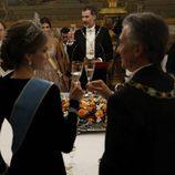 La Reina Letizia brinda con Mauricio Macri en la cena de gala en el Palacio Real
