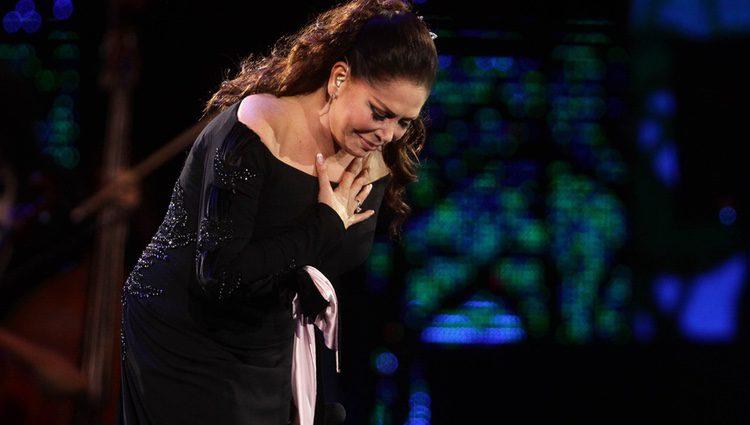 Isabel Pantoja agradeciendo a sus fans el cariño durante su concierto en Viña del Mar