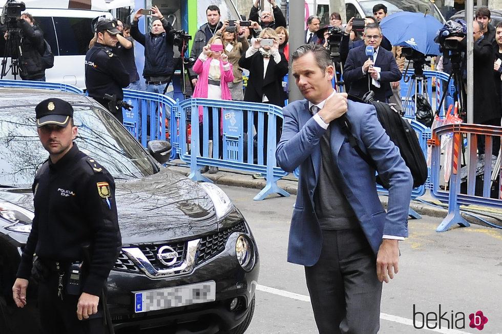 Iñaki Urdangarín con una mochila a su llegada a la vistilla en la Audiencia de Palma