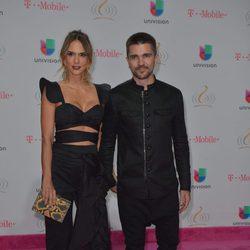 Juanes y Karen Martínez en los Premios Lo Nuestro 2017