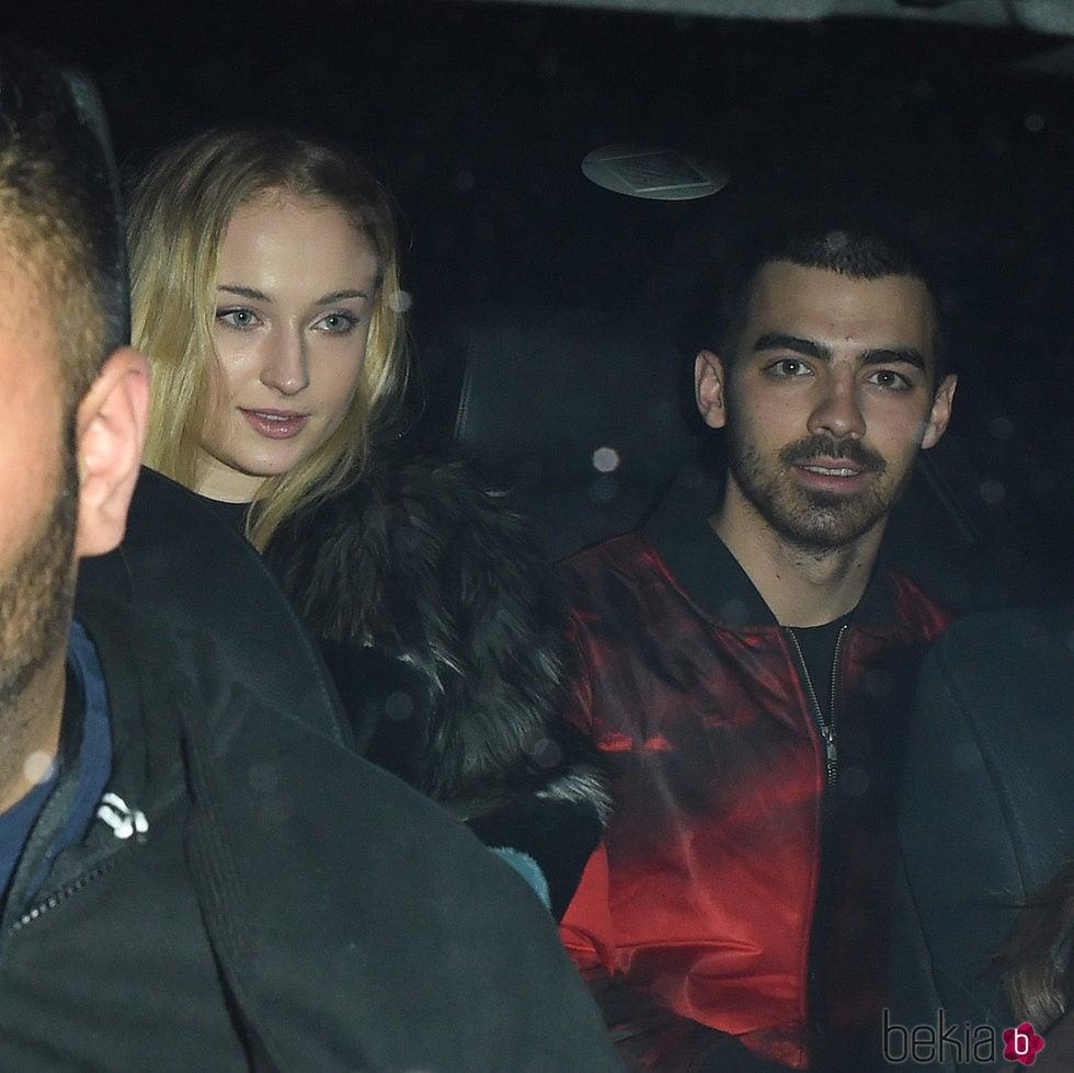 Sophie Turner muy feliz celebrando su 21 cumpleaños con su novio Joe Jonas