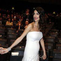Amal Alamuddin durante los Premios César 2017 luciendo su embarazo