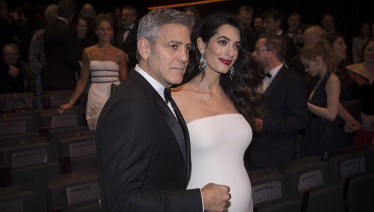 Amal Alamuddin luce embarazo junto a George Clooney en los Premios César 2017