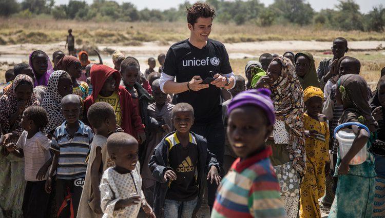 Orlando Bloom con algunos niños en un campamento de Unicef
