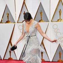 Olivia Culpo luciendo los flecos de su vestido en la alfombra roja de los Premios Oscar 2017