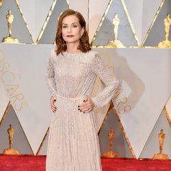 Isabelle Huppert en la alfombra roja de los Premios Oscar 2017