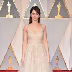 Felicity Jones en la alfombra roja de los Premios Oscar 2017