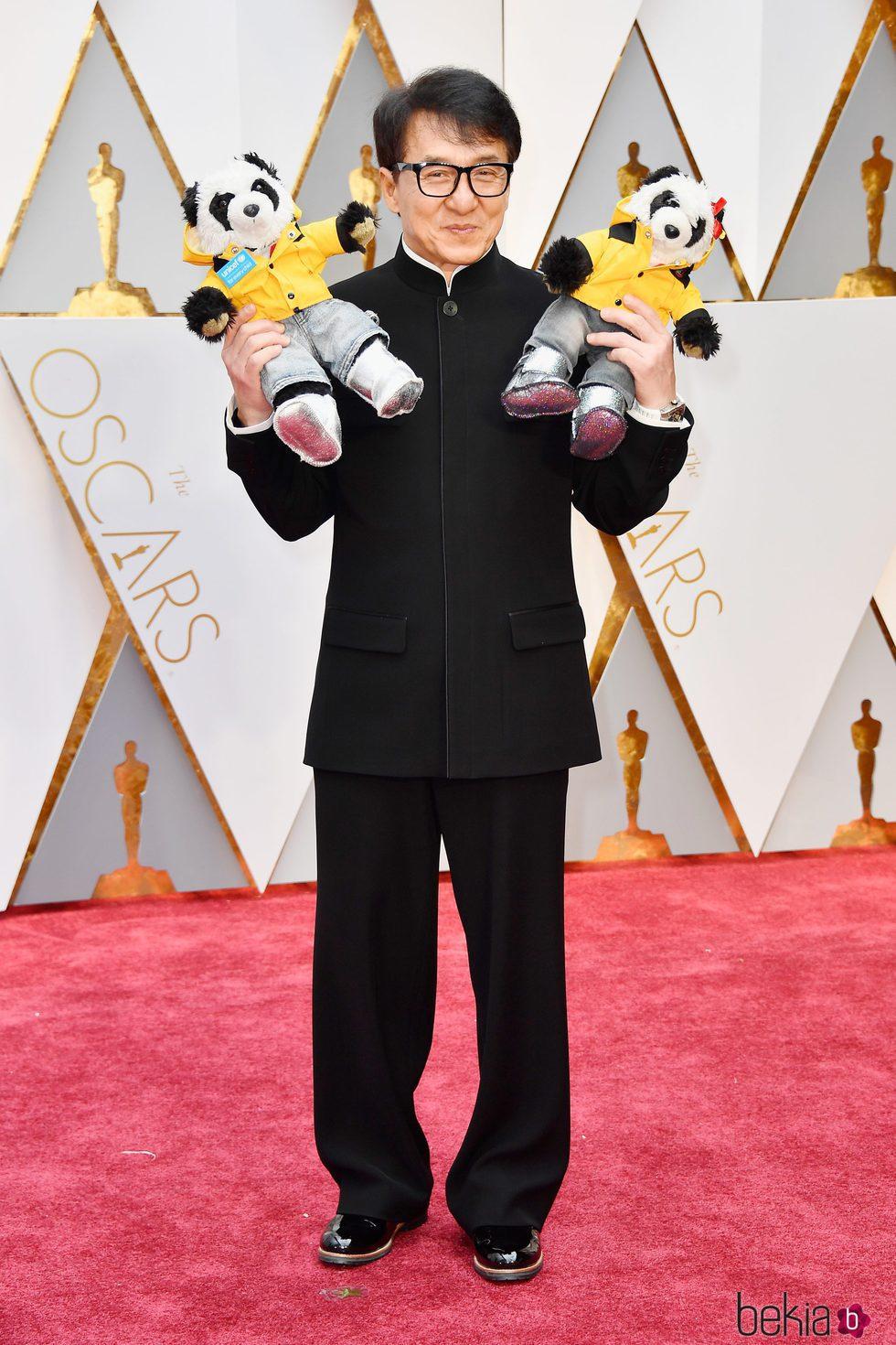 Jackie Chan en la alfombra roja de los Premios Oscar 2017