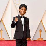 Sunny Pawar en la alfombra roja de los Premios Oscar 2017