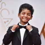 Sunny Pawar colocándose la pajarita en la alfombra roja de los Premios Oscar 2017
