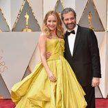 Leslie Mann y Judd Apatow en la alfombra roja de los Premios Oscar 2017