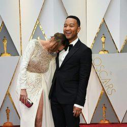 John Legend y Chrissy Teigen en la alfombra roja de los Premios Oscar 2017