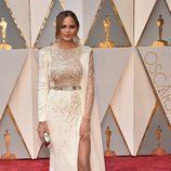 Chrissy Teigen en la alfombra roja de los Premios Oscar 2017