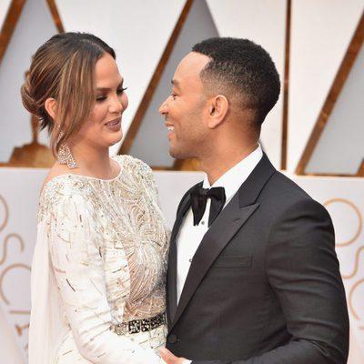 John Legend y Chrissy Teigen muy enamorados en la alfombra roja de los Premios Oscar 2017
