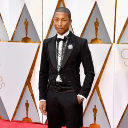Pharrell Williams en la alfombra roja de los Premios Oscar 2017