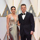 Matt Damon y su mujer Luciana Barroso en la alfombra roja de los Premios Oscar 2017