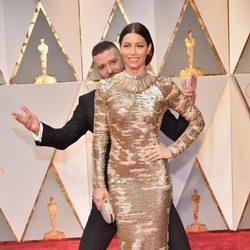 Justin Timberlake jugando con Jessica Biel en la alfombra roja de los Premios Oscar 2017