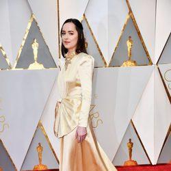 Dakota Johnson luciendo su vestido en la alfombra roja de los Premios Oscar 2017