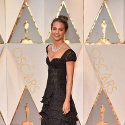 Alicia Vikander en la alfombra roja de los Premios Oscar 2017