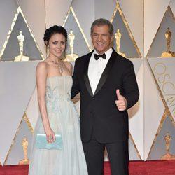 Mel Gibson y Rosalind Ross en la alfombra roja de los Premios Oscar 2017