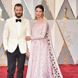 Jamie Dornan y Amelia Warner en la alfombra roja de los Premios Oscar 2017