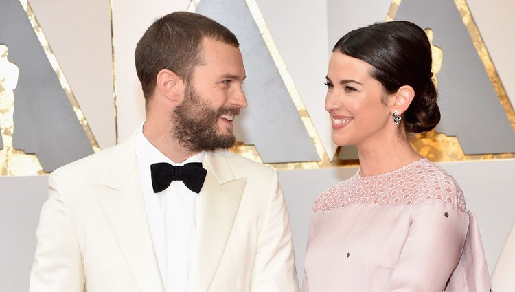 Jamie Dornan y Amelia Warner, muy enamorados en la alfombra roja de los Premios Oscar 2017