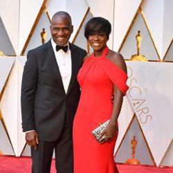 Viola Davis y Julius Tennon en la alfombra roja de los Premios Oscar 2017