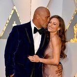 Dwayne Johnson besando a Lauren Hashian en la alfombra roja de los Premios Oscar 2017