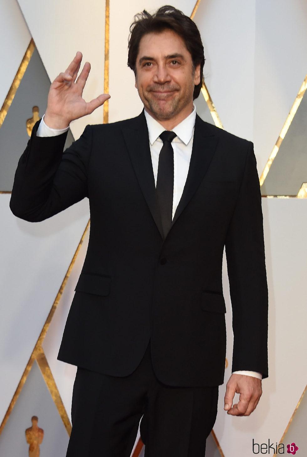 Javier Bardem saludando en la alfombra roja de los Premios Oscar 2017