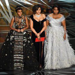 Janelle Monae, Taraji P. Henson y Octavia Spencer entregando un galardón en los Oscar 2017
