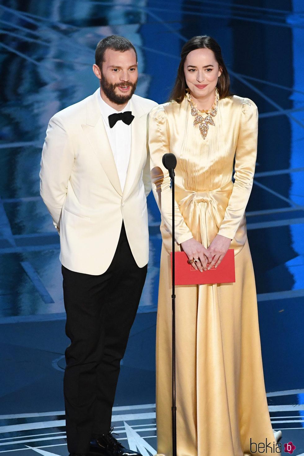 Dakota Johnson y Jamie Dornan dando uno de los premios de los Oscar 2017