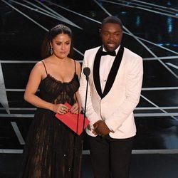 Salma Hayek y David Oyelowo dando un premio en los Oscar 2017