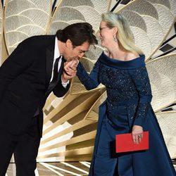 Javier Bardem besando la mano a Meryl Streep en la gala de los Oscar 2017
