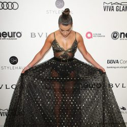 Lea Michele enseñando su vestido en la fiesta de la Fundación Elton John por los Premios Oscar 2017