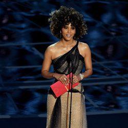 Halle Berry presentando el Oscar 2017 a Mejor director